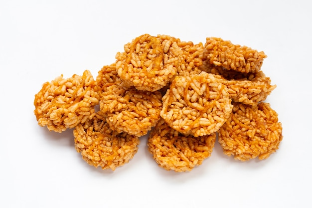 Krakers ryżowy z cukrem kokosowym na białym tle
