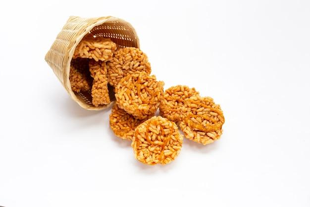Krakers ryżowy z cukrem kokosowym na białym
