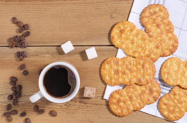 Krakersy i filiżanka kawy na śniadanie