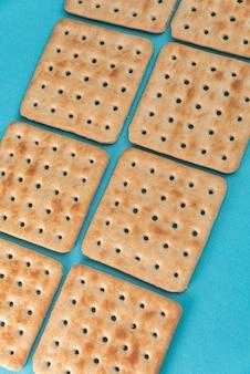 Krakersy solne na niebieskim stole