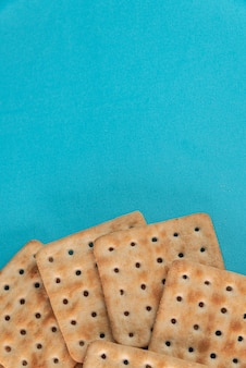 Krakersy solne na niebieskim tle
