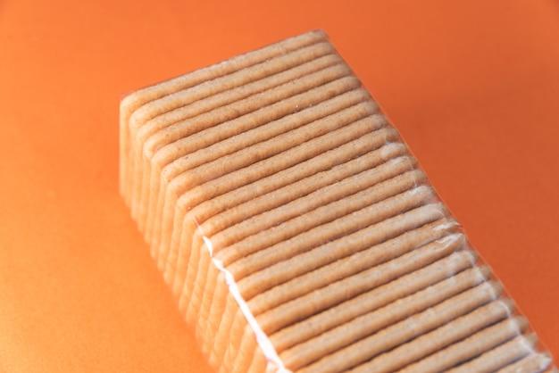 Krakersy solne na pomarańczowym stole