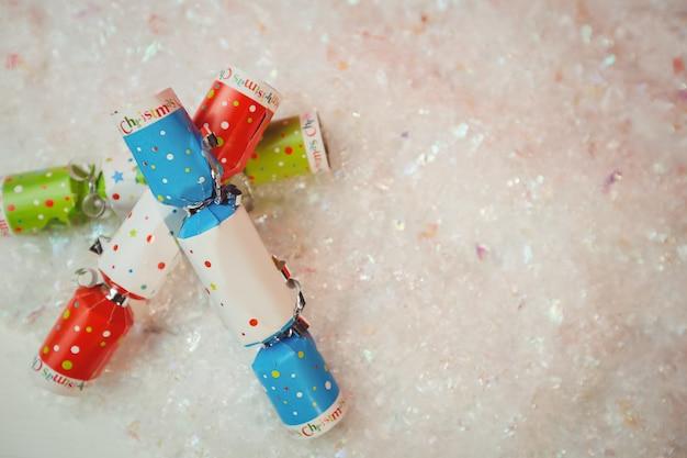 Krakersy świąteczne na śniegu