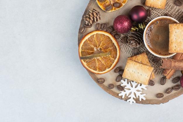 Krakersy z aromatyczną filiżanką kawy na drewnianym talerzu. wysokiej jakości zdjęcie