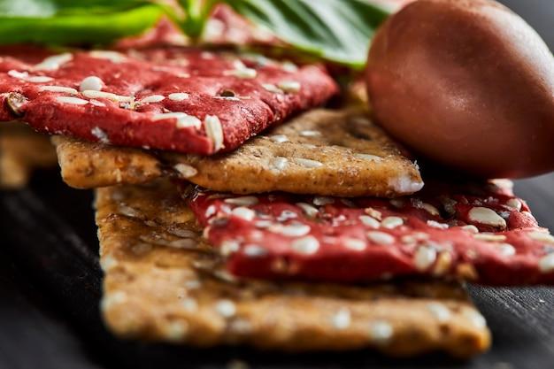Krakersy z buraków i mąki żytniej z warzywami do robienia przekąsek. wegetarianizm i zdrowe odżywianie