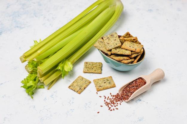 Krakersy z oliwą z oliwek, nasion lnu i zieleni