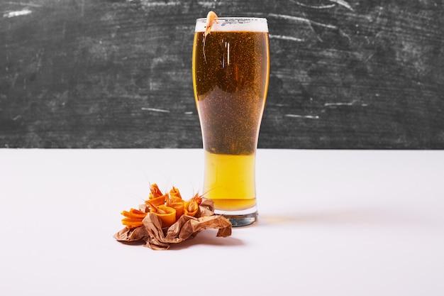 Krakersy z piwem na białym tle.