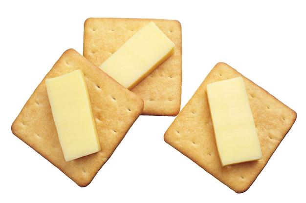 Krakersy z serem na białym tle