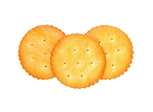 Krakersy z solą na białym tle