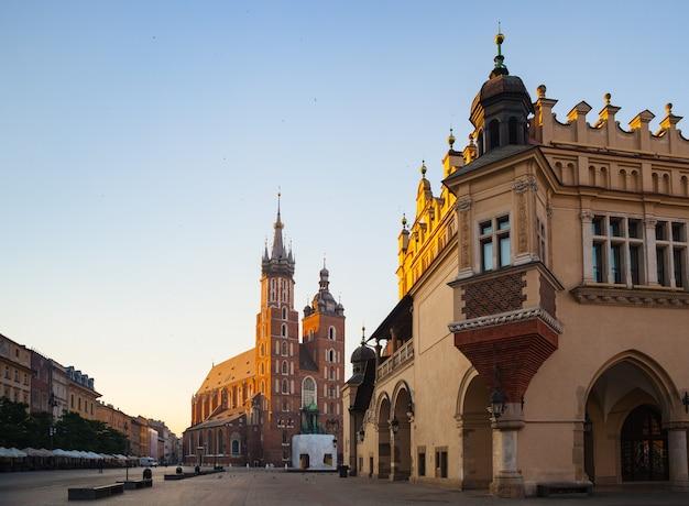 Kraków, polska - 27 lipca 2013: piękna architektura starego krakowa. rynek w krakowie