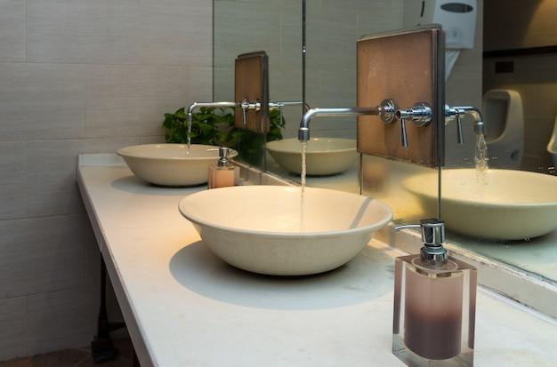 Kran chromowany z umywalką w nowoczesnej łazience