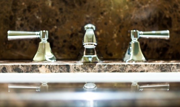 Kran we włoskim luksusowym hotelu, stal na marmurze