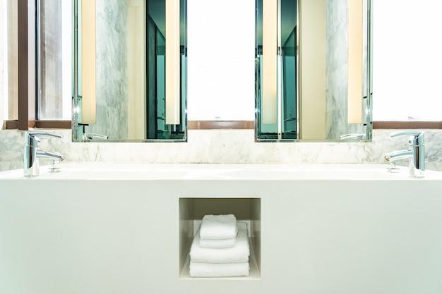 Kran wody i zlew dekoracji wnętrz łazienki