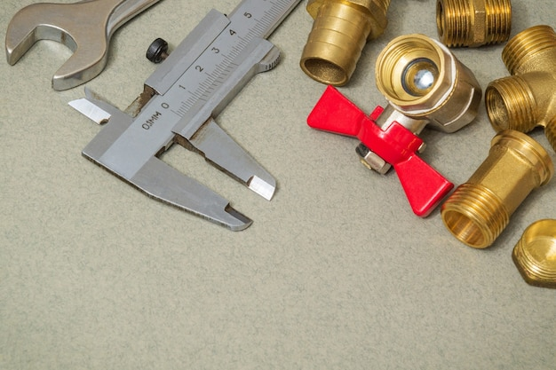 Kran z materiałów hydraulicznych, narzędzia i armatura