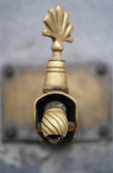 Kran z złotym fontanny