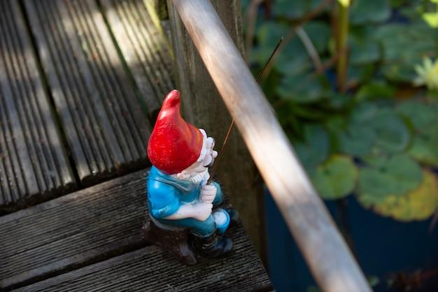 Krasnal ogrodowy z zabawnym kapeluszem na zewnątrz
