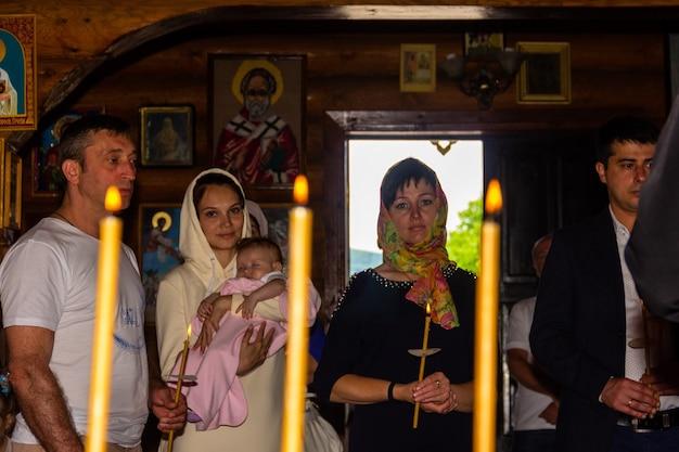 Krasnodar, Rosja – 26 Maja 2019: Sakrament Chrztu W Kościele Prawosławnym Premium Zdjęcia