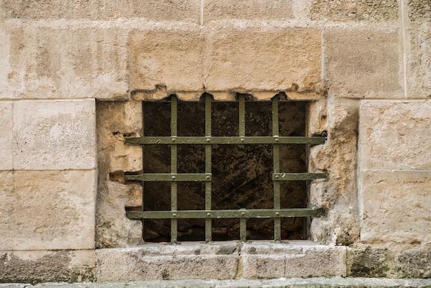 Krata z dziurą w oknie na starym mieście