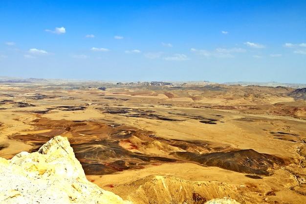 Krater ramon na izraelskiej pustyni negev jest największym na świecie kraterem erozyjnym lub makhtesh. wrzesień 2018