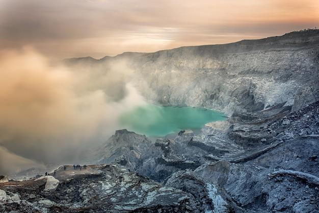 Krater wulkanu ijen. jawa. indonezja.