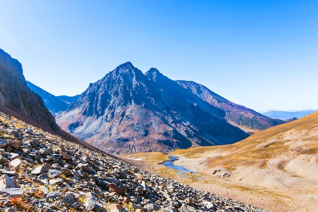 Krater wulkanu vachkazhets na kamczatce jesienią.