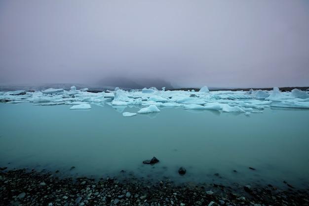 Kraterowe jezioro geotermalne w pobliżu wulkanu askja, islandia