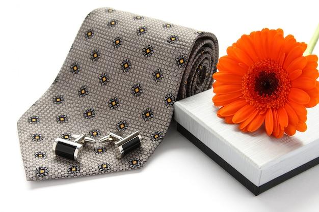 Krawat i spinki do mankietów z kwiatami nad białymi