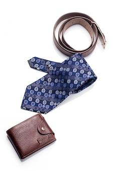 Krawat, pasek, portfel, akcesoria dla mężczyzny na białym tle