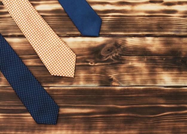 Krawaty męskie na rustykalnym drewnianym blacie