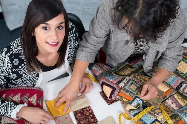Krawcowa i jej uczennica z materiałem do patchworku