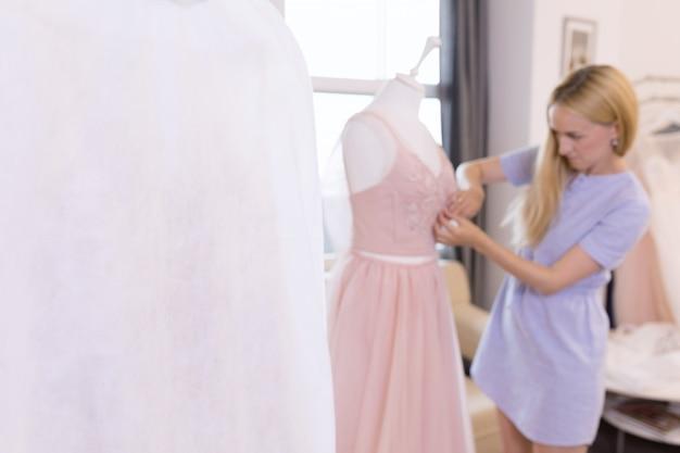 Krawcowa pracująca z materiałem do szycia ubrań