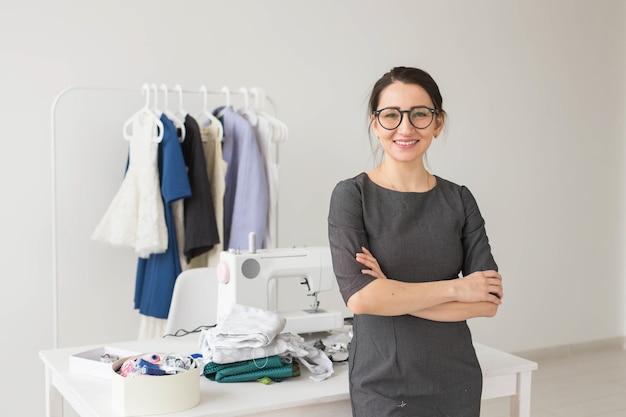 Krawcowa, projektantka mody, krawiec i ludzie koncepcja - piękna kobieta projektant mody stojący