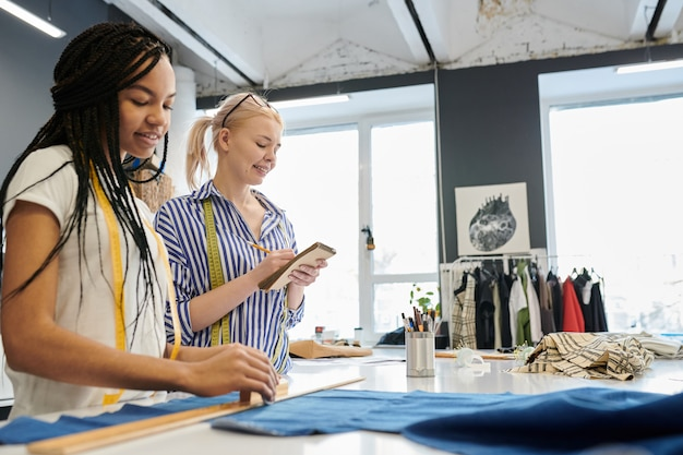 Krawcy szyją projektując ubrania