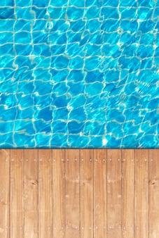 Krawędź drewnianej podłogi basenu