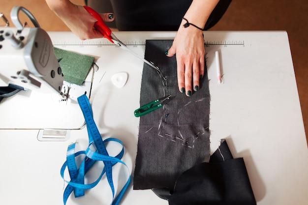 Krawieckie cięcie wzoru tkaniny nożyczkami