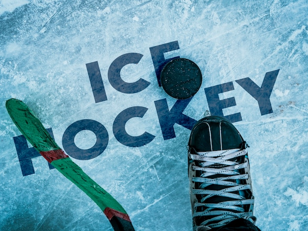 Krążek hokejowy i kij na tekstury lodu, copyspace i tekst b
