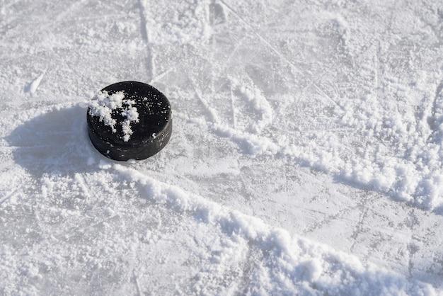 Krążek hokejowy leży na lodzie na stadionie