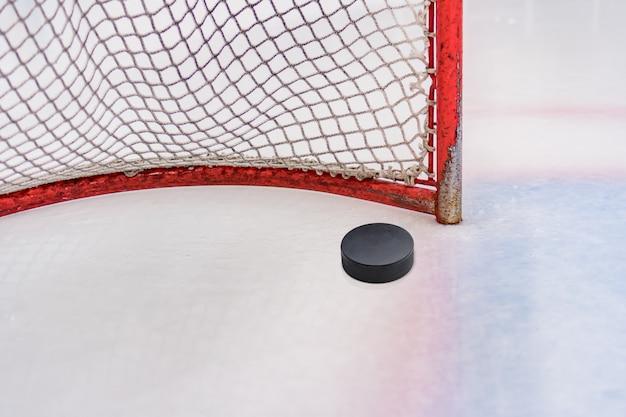 Krążek hokejowy przed bramą przed meczem hokeja na lodzie