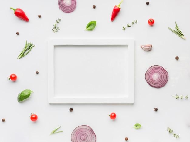 Krążki cebuli i zioła z miejsca na kopię