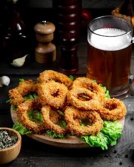 Krążki cebuli z kuflem piwa