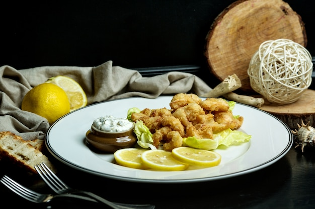 Krążki kalmarów podawane z cytryną i majonezem