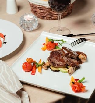 Krążki mięsne w sosie z pieczonymi warzywami
