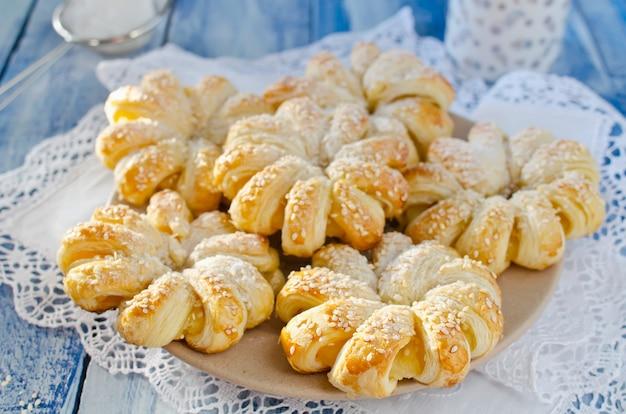 Krążki z ciasta francuskiego z ananasem