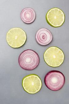 Krążki z czerwonej cebuli i plasterków limonki