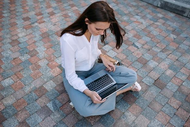 Kreatywna biznesowa kobieta styl życia laptop koncepcja procesu pracy na zewnątrz