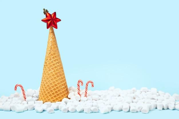 Kreatywna choinka wykonana z lodowego rożka waflowego.