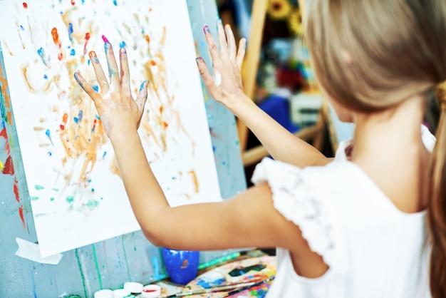 Kreatywna dziewczyna zawinięta w rysunek
