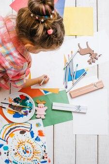 Kreatywna dziewczynka co kartkę z życzeniami. sprytny wypoczynek