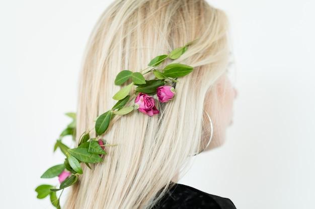 Kreatywna fryzura. romantyczna fryzura z kwiatowymi zdobieniami.