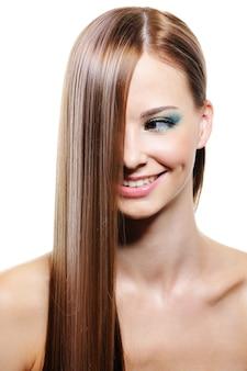 Kreatywna fryzura z gładkimi długimi kobiecymi włosami